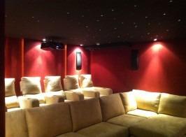 Vista sillones e iluminación decorativa parte trasera cine