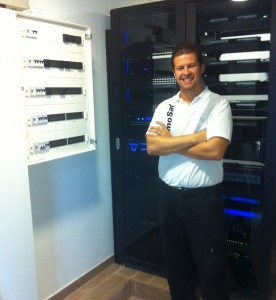 Foto personal Raul Carretero en instalación cuarto técnico villa los monteros